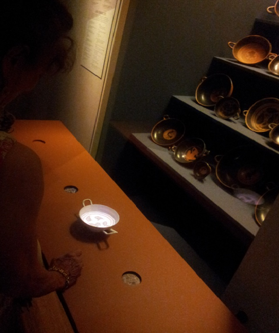 Smart rekvisita-föremål i installationen 'Tondo', Allard Pierson Museum, Amsterdam. Foto: meSch